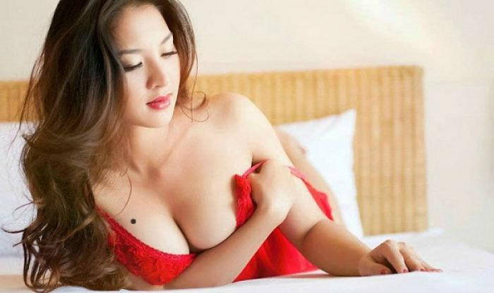 Nốt ruồi ở ngực phụ nữ nói lên điều gì? 879078624