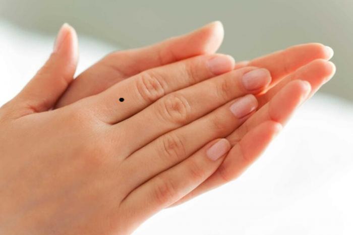 Nốt ruồi ở ngón tay trỏ mang hàm ý tốt hay xấu?  2064794881