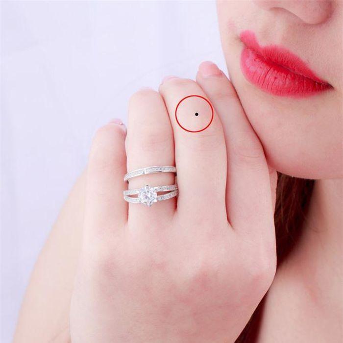 Nốt ruồi ở ngón tay giữa tiết lộ điều gì? 399191545