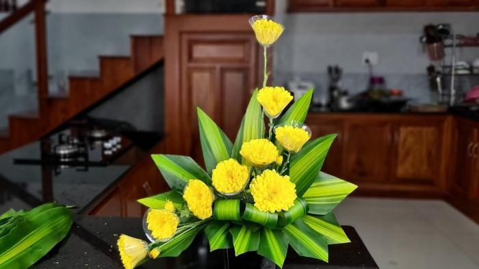 Chia sẻ cách cắm hoa cúc vàng để bàn thờ 1898757694