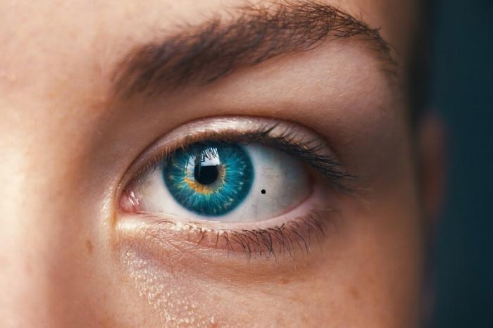 Nốt ruồi trong mắt phải thể hiện điều gì? 1540052521